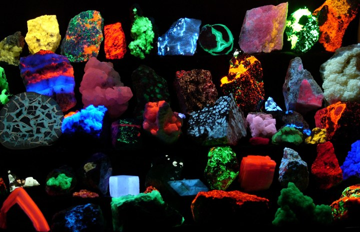 Fluorescent_minerals_hg